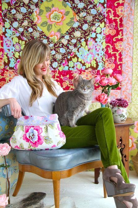 Друзья, представляю вам замечательного художника по тканям - Эми Батлер. Она мне близка по духу и творчеству, так как я сама разрабатываю рисунки для тканей. Эта женщина, художник, в прямом смысле, выращивает сады, борется за экологию, является креативным директором своей студии. Часть денег перечисляет в приюты для животных. Много путешествует и создает такую красоту!!…