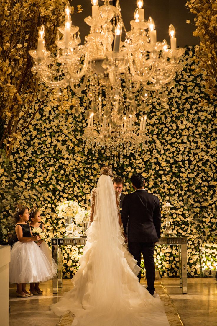 Blog OMG I'm Engaged - Clássica decoração de cerimônia de casamento em branco e verde.  Classic wedding decoration.