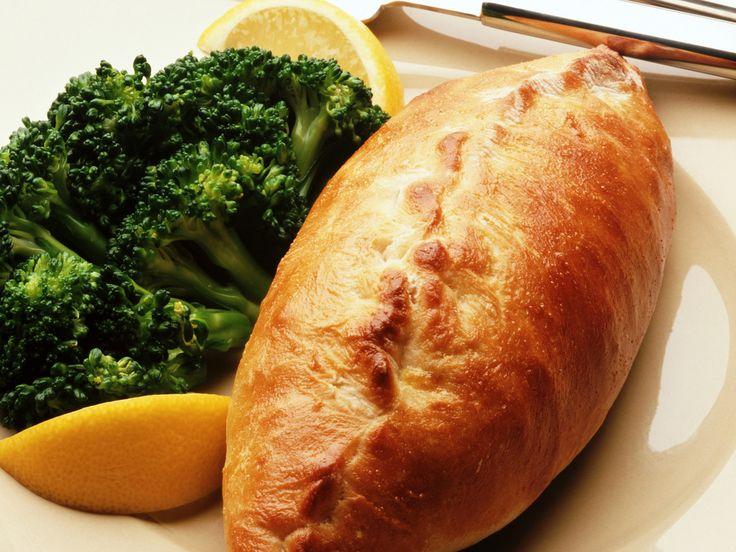 Что же такое кулебяка на 4 угла? Сочно живописал это блюдо великий Гоголь. Что же такое кулебяка? Пирог с большим количеством начинки. Начинкой, может быть все, что угодно, включая грибы с луковой заправкой, гречневую кашу и пр. Особенностью в первую очередь является...http://vk.com/dinnerday; http://instagram.com/dinnerday #выпечка #кулинария #кулебяка #пироги #тесто #мясо #овощи #рыба #еда #рецепт #dinnerday #food #cook #recipe #baking #cookery #pie #dough #meat #vegetables #fish