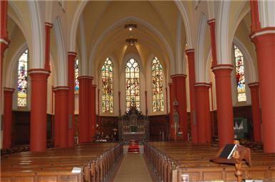 De verborgen stad: de liturgisch rode zuilen in de Josephkerk | Artikel door Marie te Marvelde