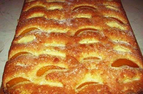 Prajitura cu Mere Ingrediente  Ingrediente: 4 oua 250 g zahar 1 praf de copt 200 g faina 5-6 mere curatate si feliate scortisoara 10 linguri de ulei stafide Mod