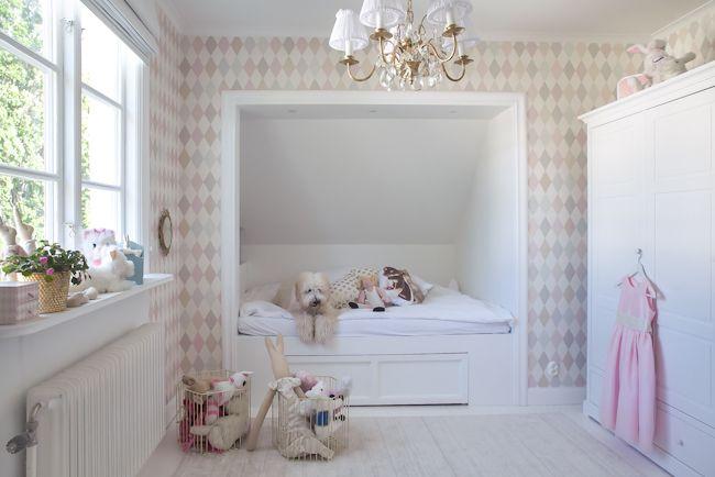 Tapet Cole & son Punchinello från kollektionen Whimsical Snickerier: Nordsjö ren vit halvblank snickerifärg.