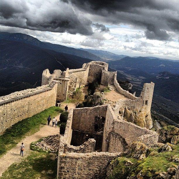 """Le Château de Peyrepertuse perché sur sa crête domine la vallée de l'Aude. Bâti sur la commune de Duilhac-sous-Peyrepertuse, ce vieux fort fait partie des """"Cinq fils de Carcassonne"""""""