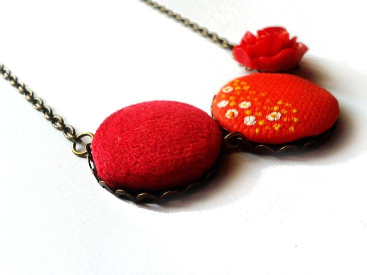 Csupa piros nyaklánc! Egy műgyanta rózsa, egy bársony gomb medál és egy piros, festett gyurma medál.