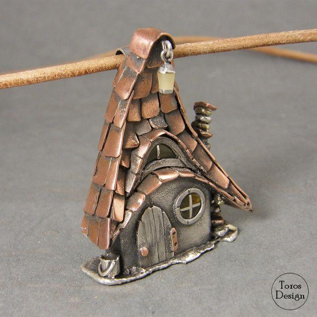 """""""Bajkowa chatka"""". Srebrny wisior z miedzią. """"Fairy-tale Cottage"""" Silver & copper pendant."""