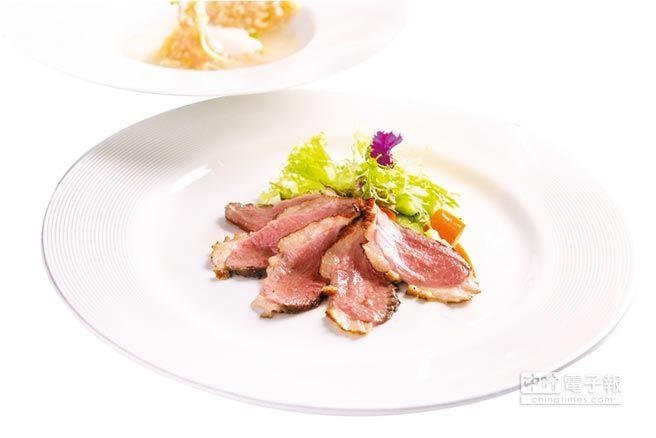 ▲〈樟茶香燻櫻桃谷鴨胸佐墨西哥蔬菜〉是一道結合中式與墨西哥美味的「東西菜」。圖/漢來美食
