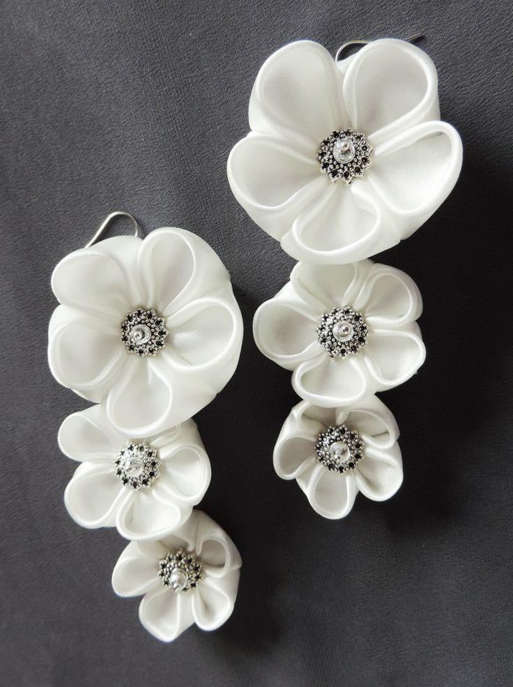 White satin plum blossom earrings for brides - Cercei cu flori kanzashi de prunișor din satin alb | Atelierul Grădina cu fluturi