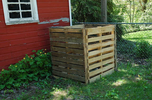 Quick/Cheap Compost Bin from Pallets by pjchmiel, via Flickr