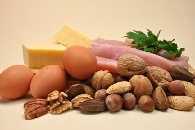 PROTEİN BULUNAN BESİNLER:  Göğüs Tavuk veya Hindi Eti: 100 gramında 30 gram protein bulunur. 1 gram protein 4.5 kaloriye denk gelir. Balık (Ton, Somon…): 100 gramında 26 gram protein bulunur. 1 gram protein 4.5 kaloriye denk gelir. Süzme Peynir: 100 gramında 32 gram protein bulunur. 1 gram protein 4.7 kaloriye denk gelir.