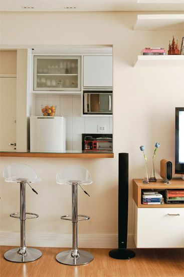 Com apenas 36 m², o apartamento parecia perfeito para Patrícia e Emílio. O desafio era encaixar na área compacta tudo o que o casal tinha.