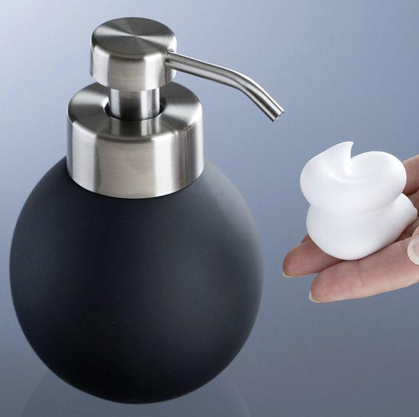 Der kugelförmige Seifenspender Naro aus schwarzer Keramik läßt aus Flüssigseife und Wasser Schaum entstehen.  Dadurch können bis zu 80% Seife eingespart werden. Die Soft-Touch-Oberfläche und die Pumpe aus Edelstahl machen den Schaumseifenspender zu einem besonderen Blickfang. Gesehen für € 19,99 bei kloundco.de.
