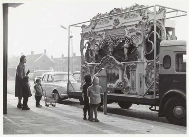 Vlaardingen<br />Vlaardingen: Draaiorgel op de Gedempte Biersloot in 1963