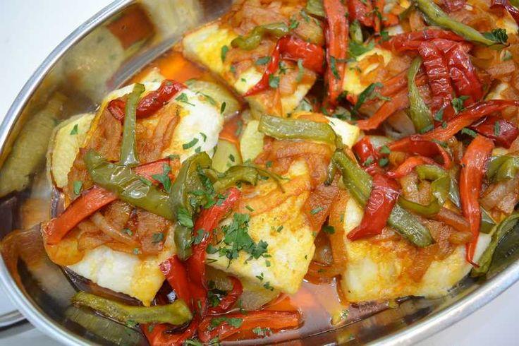 Como ya sabéis, la gastronomía de Portugal está muy centrada en el pescado y el bacalao es uno de sus favoritos, así que os traigo un plato delicioso que puedes preparar en un momento, unBacalao a la portuguesa.