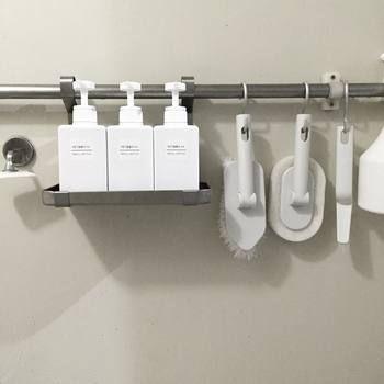 人気定番アイテムの「PET詰替ボトル ホワイト」。シャンプー、リンス、ボディーソープボトルと、お風呂の掃除用品などもすべて白で統一して、気持ちいい空間に。