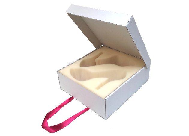 """Una caja llena de sorpresas.    Por María Barrios.    El 15 de Noviembre de 2012 Saray Lorenzo González presentaba su proyecto fin de carrera de la Ingeniería Técnica en Diseño Industrial por la ULPGC. El proyecto que llevaba por título """"Diseño del Packaging – Expositor de una colección de calzado femenino"""""""