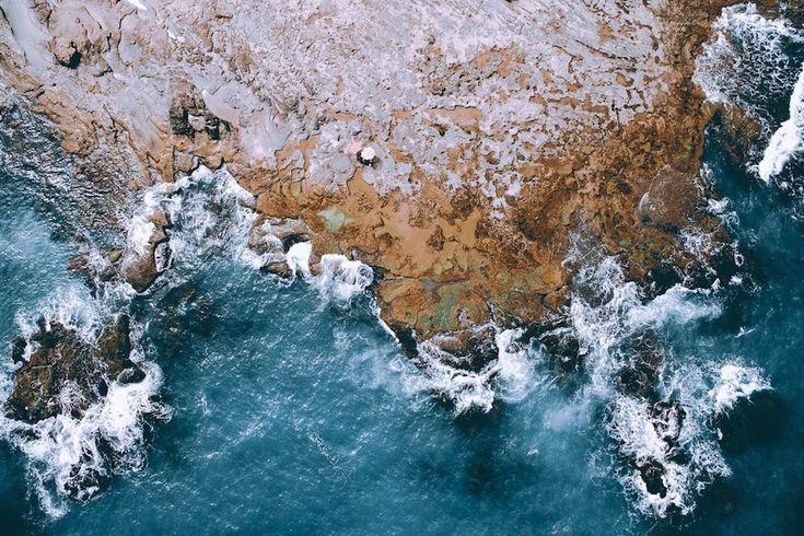 Tobias Hagg to młody szwedzki fotograf. Jego seria powietrznych krajobrazów prezentuje niezwykłe miejsca nie tylko z jego rodzinnych stron. Wszystkie zdjęcia robione były za pomocą drona. Od brzegów morza po szczyty gór - z perspektywy ptaka świat wygląda jeszcze lepiej. Północne krajobrazy choć sur