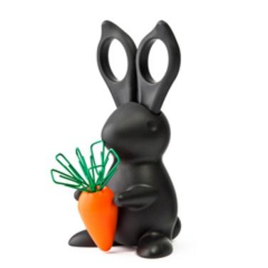 Dispensador de tijeras, para que no se escapen...También trae los clips que se pegan a la zanahoria del mismo conejo.