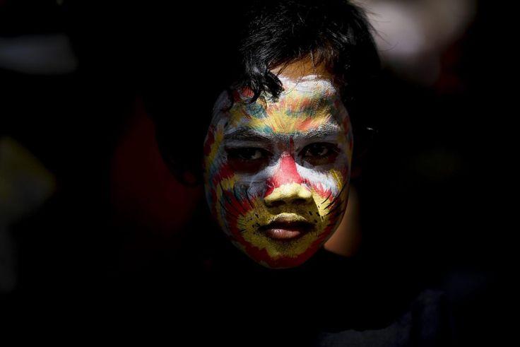 In un piccolo villaggio della provincia di Bali si festeggia il Gerebeg, sacro rito indonesiano che cade ogni sei mesi e il cui scopo è quello di allontanare gli spiriti malvagi. Durante il rituale di purificazione, gli abitanti disegnano maschere sui loro volti e decorano i loro corpi con co