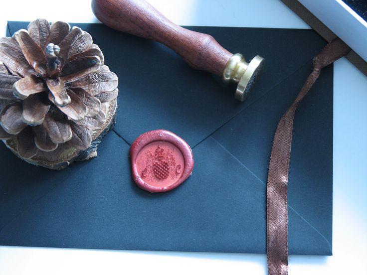 Pieczęć do laku z herbem Wczele to już mój trzeci projekt związany z herbami. Są to ciężkie projekty, zwłaszcza na pieczęciach do laku. Za to jaki efekt!