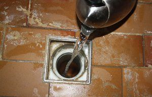 Hæld vand i alle vaske og gulvafløb, inden du tager på sommerferie - så undgår du, at vandet i vandlåsen fordamper, så det kommer til at lugte.