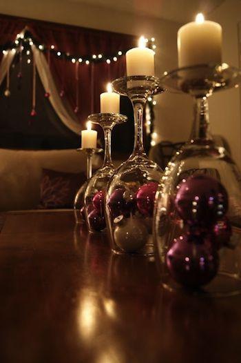 Des verres à pied dépareillés qui serviront de chandeliers... une bonne idée pour les garder.: