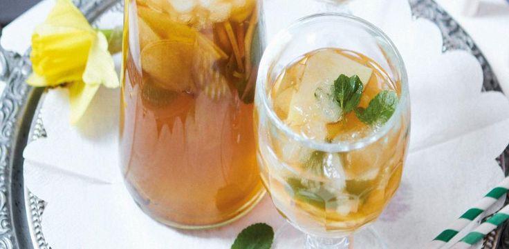 Oba sáčky černého čaje dejte do půllitrové konvice a zalijte je 300 ml vroucí vody. Nechte jednu minutu louhovat, pak sáčky vyjměte, do čaje vmíchejte...