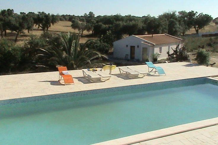 Je wilt tijdens de vakantie één met de natuur zijn? Huur dan deze fantastische vakantiewoning in de regio Alentejo te Portugal. Hier geen massatoerisme met eenzijdige accommdaties, nee hier tref je in een prachtige omgeving nog een heerlijk vakantiehuis met karakter.