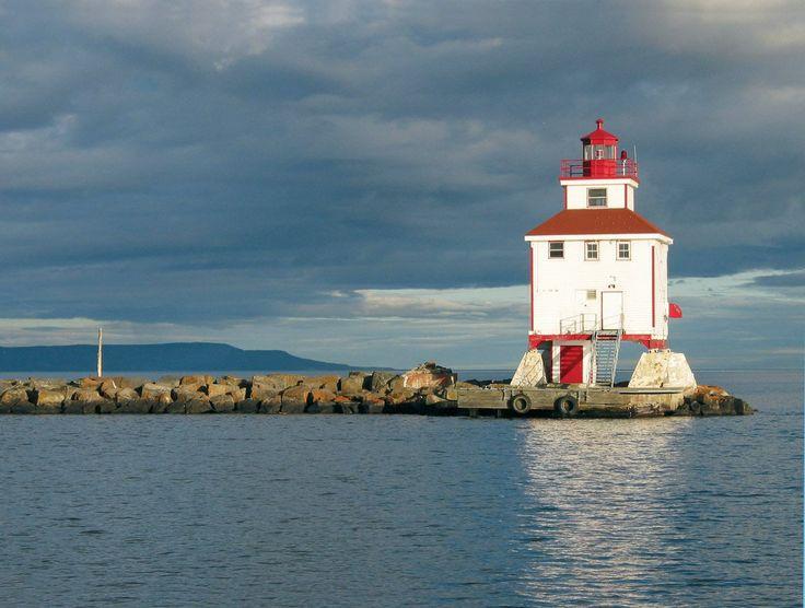 Faro iluminando el borde norte: lago superior de Ontario