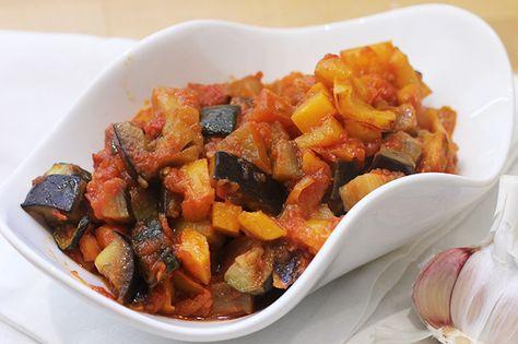 La ratatouille è un piatto a base di verdure estive che nasce in Francia. Un contorno veloce da preparare e perfetto per piatti di carne e di pesce.