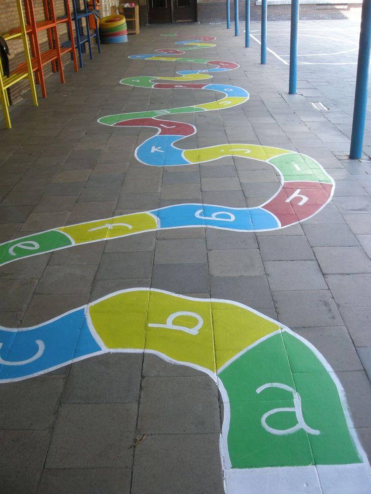 Op woensdag 22 april werden de verschillende speelplaatsen door alle leerkrachten grondig aangepakt.