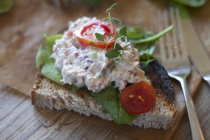 I dag skal jeg friste dere med en sunn og god tunfiskrøre. Denne lages på max ti minutter.Server på ristet grovbrød eller i en deilig salat. Jeg har brukt mager kesam og lett majones, samt grønnsa...