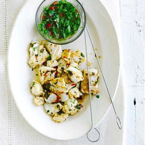 Een heerlijke vispastei met prei. Erg lekker om te serveren met een groene, frisse salade. Voor wat extra pit zou je eventueel een rood peppertje kunnen toevoegen, aan jou de keus!    1. Bak de groenten en tijm op laag vuur zachtin de helft van de...