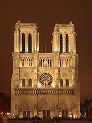 """Gotycka katedra Notre-Dame de Paris, wzniesiona jest na wyspie na Sekwanie, na planie prostokąta od wschodu zamkniętego półkolistą absydą. Okres bud. 1163-1345 r. Fot. przedst. czterokondygn. elewację zach. Kurtynowy parter z trzema portalami jest zwieńczony galerią posągów królewskich. Nad nią rozeta flankowana dwoma silnie wklęsłymi, wielo-uskokowymi oknami biforialnymi zwieńczonymi w """"ślepych"""" arkadkach małymi rozetami. Pod dzwonnicami galeria kolumienek zakończonych filigranowym…"""