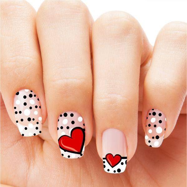 uñas blancas con puntos y corazones