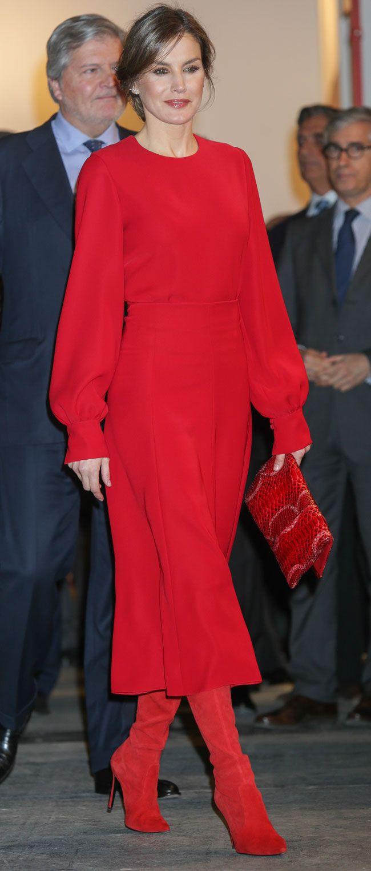 bbfed65d6 La Reina Letizia estrena un conjunto todo en rojo con vestido y botas  mosqueteras para inaugurar ARCO 2018. ¡Atrevida y vanguardista como pocas  veces!