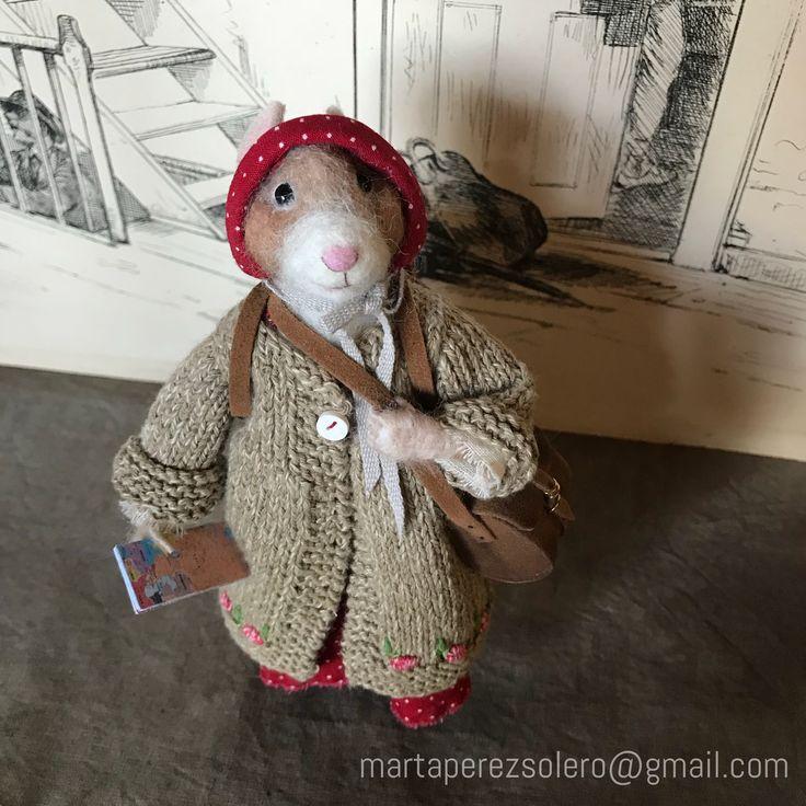 Petunia está preparada para irse de viaje. lleva pasaporte con su foto, mapa de carreteras y un pedacito de queso.  Es una pieza de la colección de oliverbrie.etsy.com #dollhouseminiatures #mouse #felted #needlefelting #tiny #traveller