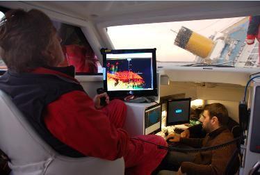 Il capo del nucleo sommozzatori di Milano, Angelo Guarnaschelli, coordina le operazioni di rilievo mentre Marco Fumanti opera con il Software di navigazione e acquisizione PDS2000  dall'interno della Nereide.  Sullo schermo la visualizzazione in tempo reale dei dati rilevati sopra e sotto il pelo d'acqua.