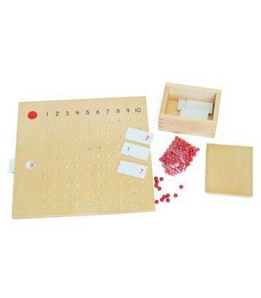 La tabla de multiplicación se utiliza para la práctica con las tablas de multiplicar 1 x 1 a 10 x 10, se compone de la tabla de trabajo multiplicación en madera, una caja de madera que contiene tarjetas de 1-10 que representan el multiplicando, un disco rojo que marca el multiplicador y 100 bolas de color rojo. Medidas del tablero: 30 x30 cm Medidas caja: 12 x 10 x 6 cm