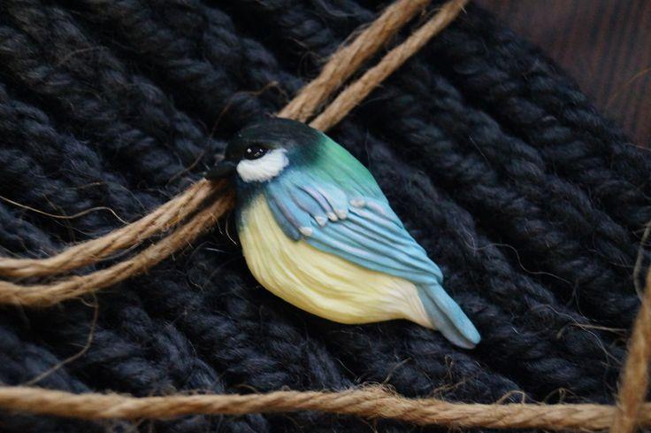 Брошь-птица из полимерной глины. Синичка тонирована пастелью и акрилом, рисунок закреплен фимо-гелем.  * украшения мода стиль летние луки полимерная глина пластика миниатюра хендмейд хэндмейд *