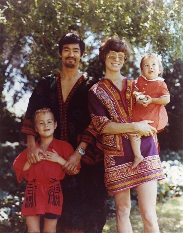 Bruce Lee and his family in the late 60s - Imgur