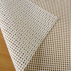 Base rejilla de goma antideslizante para alfombras. Venta por metro con descuento progresivo. No se nota, no se mueve. ¡Evita resbalones! Envío rápido.