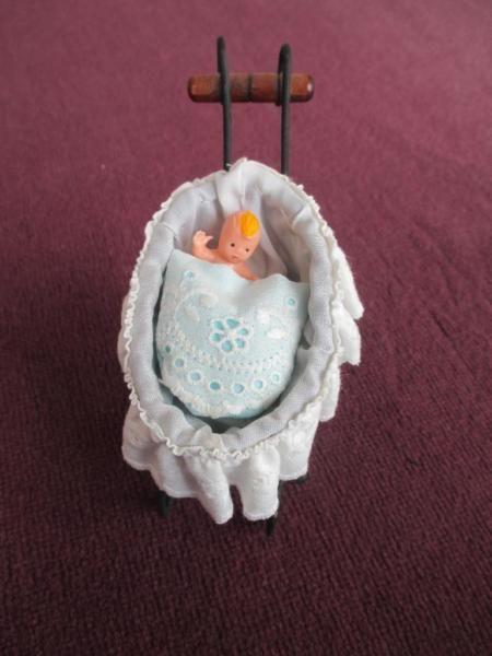 Meine Mutter löst aus Altersgründen ihre Warenbestände an Puppenkleider und Puppenzubehör auf. Biete hier einen schönen, kleinen Puppenwagen aus Korb u. Metall an. Maße: 11 cm lang 9 cm hoch und 5 cm breit. Auf Wunsch versende ich auch gerne, an Portokosten würden 2,10-€ hinzu kommen.