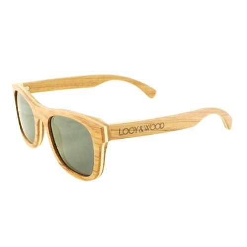 De houten zonnebril Tarais een topper in ons aanbod. Het gebruike Rose hout geeft dit handgemaakte model namelijk een hele stijlvolle en luxe uitstraling. Met een breedte van 14,0cm is deze bril ook uitstekend geschikt voor mensen met een smaller gezicht. Door de naar buiten verende schanieren, zal de bril echter bijna iedereen goed passen! Uiteraard beschikt deze bril ook over gepolariseerde UV400 glazen, wat garant staat voor veel kijkplezier.