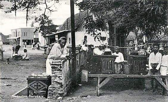 Pedagang makanan di pinggir jalan Bubutan th 1920-30an