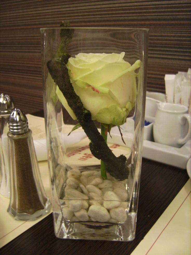 Bordpynt – en enklet rose og en gren