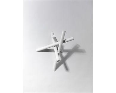 HAYMAN KLÄDHÄNGARE - MINIMycket häftig liten vägghängd klädhängare i strukturlackerad stål. Hayman består av ett antal rör som skruvas fast i varann och bildar en skulptural klädhängare designad av Mick Born och Stina Sandwall.Hayman har plats för mycket kläder och passar både i hallen, klädkammaren eller tex sovrummet. Den tillverkas i mörkgrå och vit och finns även som golvmodell. En produkt utöver det vanliga!MÅTT:Breddca 36 cmHöjd36 cm