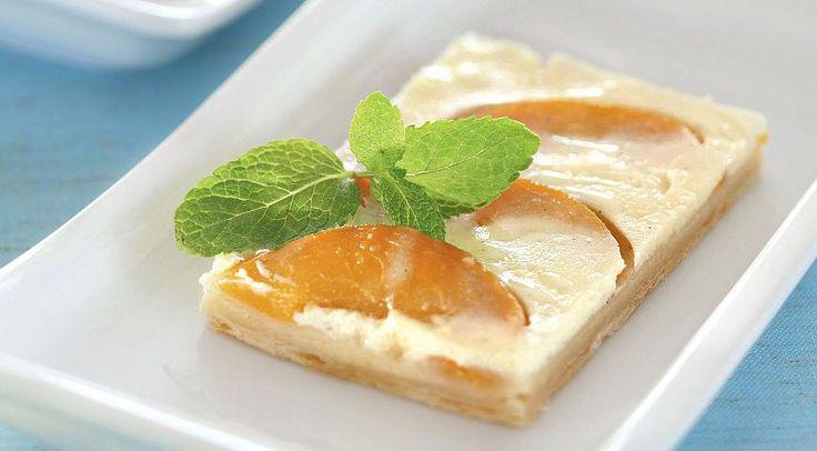 Быстрый пирог с персиками и йогуртом//500 г слоеного бездрожжевого теста 600 г персиков (можно консервированных) 500 мл йогурта 1 яйцо 4 ст. л. сахара 3 ст. л. манной крупы стручок ванили