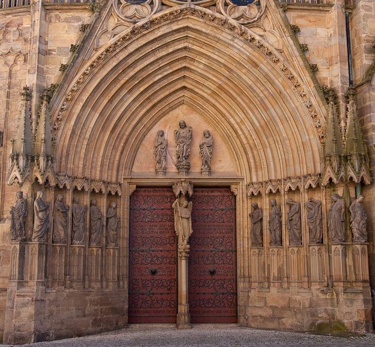 Die klugen und die törichten Jungfrauen  Das Gleichnis von den klugen und törichten Jungfrauen ist eines der populärsten Gleichnisse des Mittelalters. Dies hat dazu geführt, dass es in der Stilepoche der Gotik als Gegenstand der Bildenden Kunst in Europa vielerorts thematisiert wurden, insbesondere in der Ausstattung der gotischen Kathedralen.