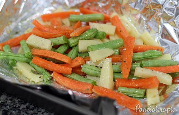 Papelote, ou em francês papillote, é um método de preparo que consiste em envolver o alimento em papel alumínio (ou papel manteiga), vedar bem e levar ao forno. O vapor que fica preso no papelote c…