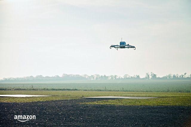 Amazon completa la primera entrega de productos con drones   La entrega se hizo en Reino Unido el 7 de diciembre y se completó en apenas 13 minutos. Amazon expandirá las pruebas a más países incluido EE.UU.  Amazon es el rey de la logística y del comercio electrónico pero también de crear 'hype' y expectación. Eso es lo que hizo hace ahora justo tres años cuando anunció Prime Air su proyecto de entregar paquetes con drones. La iniciativa parecía más bien un puro movimiento de marketing pero…